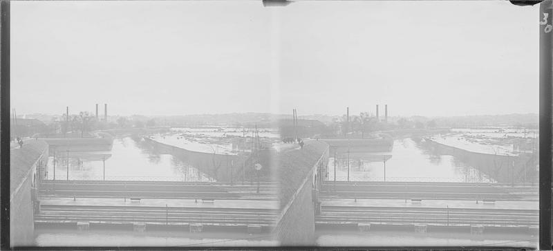 Crue de la Seine : bords de Seine avec débris et chemin de fer au premier plan