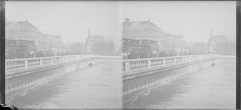 Crue de la Seine : ensemble depuis le Quai de la Corse, vue animée avec piétons et bus