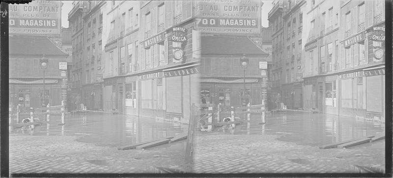 Crue de la Seine : façades avec diverses enseignes sur rue inondée