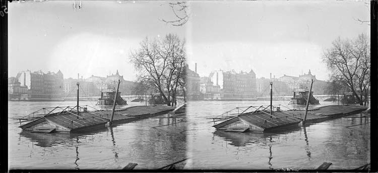 Crue de la Seine : embarcadère depuis le quai des Tuileries inondé et pont Royal en arrière-plan