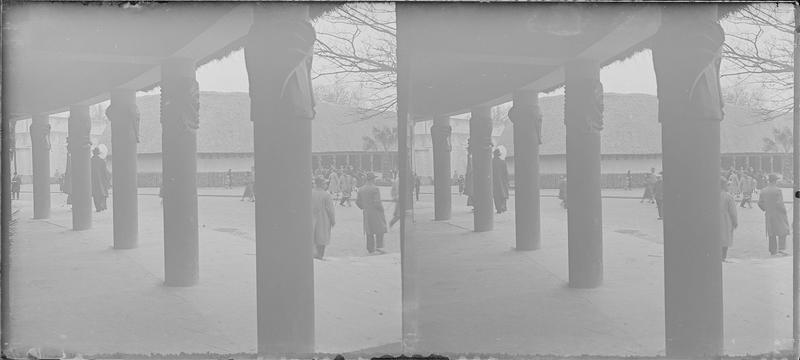 Pavillon des industries, vue partielle depuis la galerie du pavillon d'honneur, vue animée