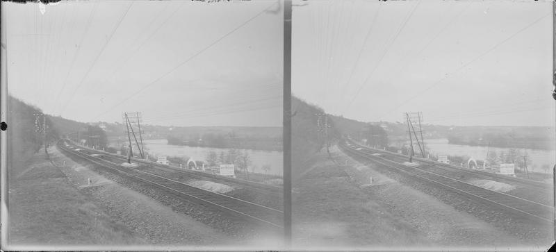 Chemin de fer longeant un fleuve et tunnel à proximité