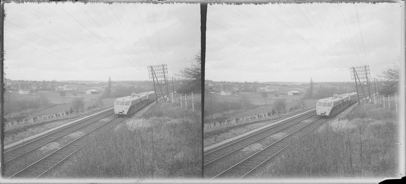 Autorail Bugatti sur un chemin de fer traversant la campagne
