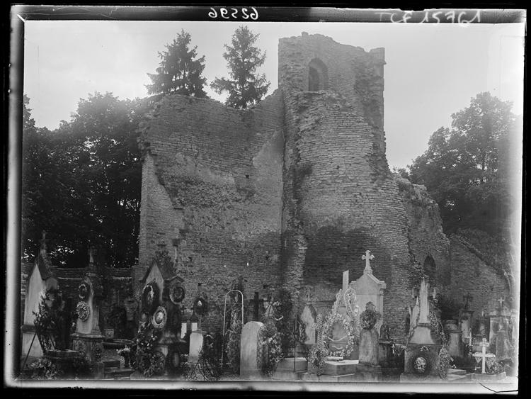 Cimetière, les ruines de la tour de la Guette à l'arrière-plan