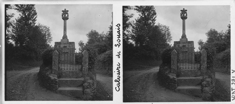 Vue d'ensemble ; Ecriteau sur le soubassement : 'Calvaire de la Rue Louais - Monument Historique'