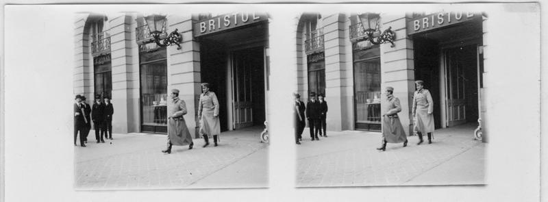 Le prince Alexandre de Serbie sort de l'hôtel Bristol