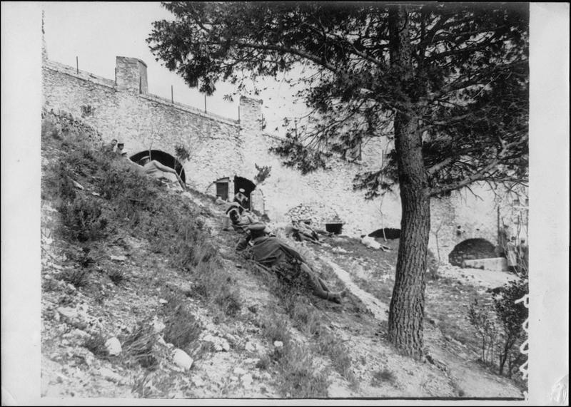 Camp d'officiers allemands prisonniers. Officiers à  l'heure de la  promenade