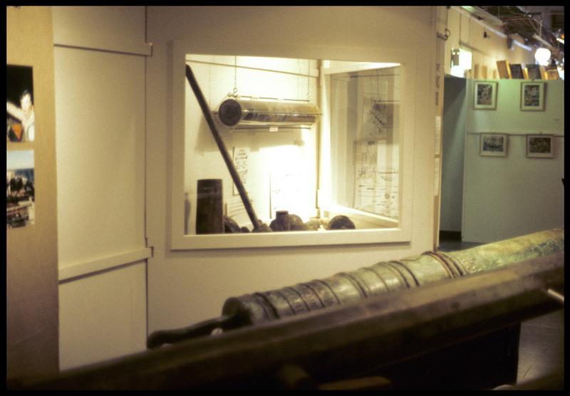 Vue d'une vitrine avec des éléments de l'armement.