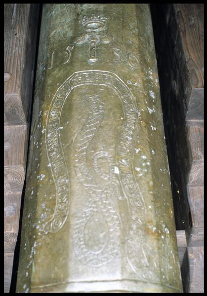 Vue de détail du décor de serpent daté de 1530 d'un canon de bronze.