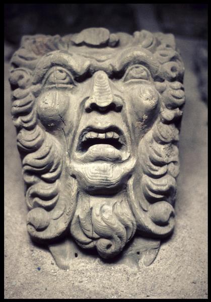 Vue de détail d'un décor de bois à tête d'homme.