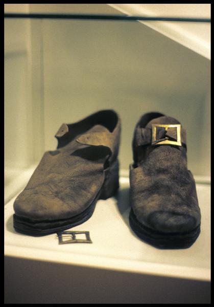 Vue de deux chaussures de cuir à boucle.
