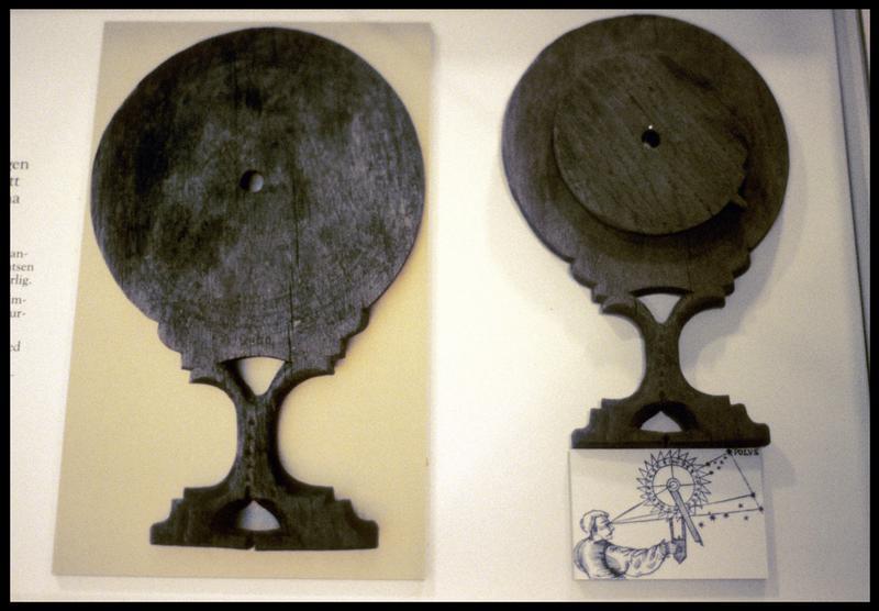 Vue d'un élément de bois d'un instrument de navigation.