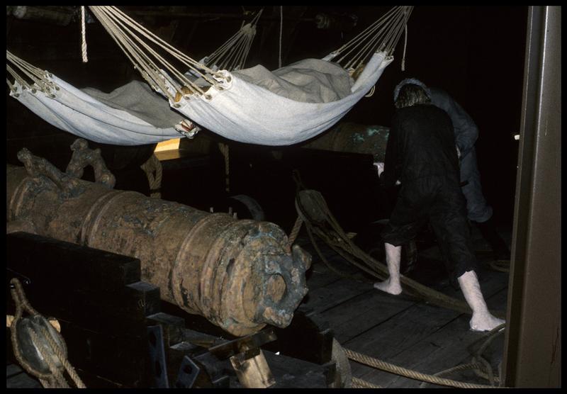 Vue de la reconstitution de la vie à bord de l'équipage (hamac au dessus des canons).