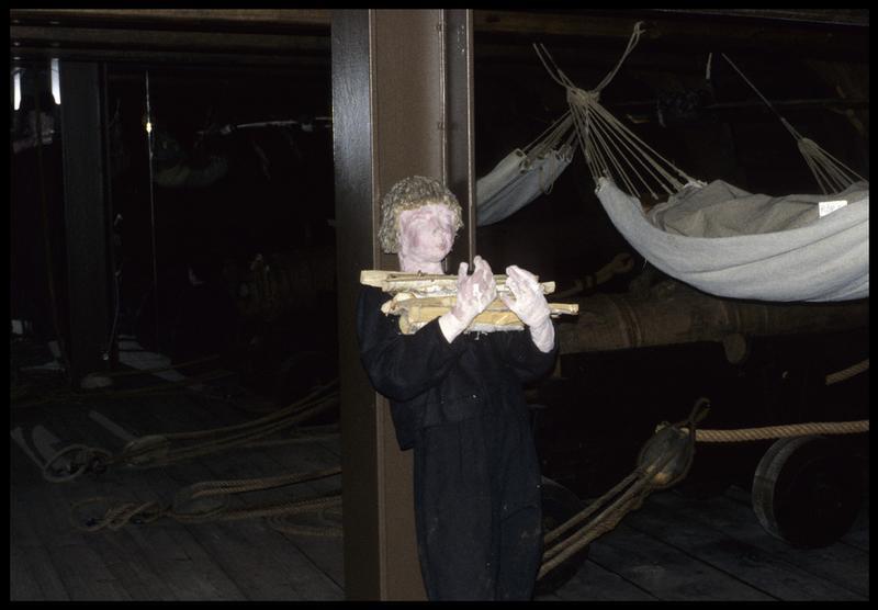 Vue de la reconstitution de la vie à bord : mousse apportant du bois de chauffe.