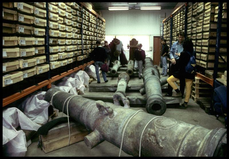 Vue des canons dans la réserve du musée.