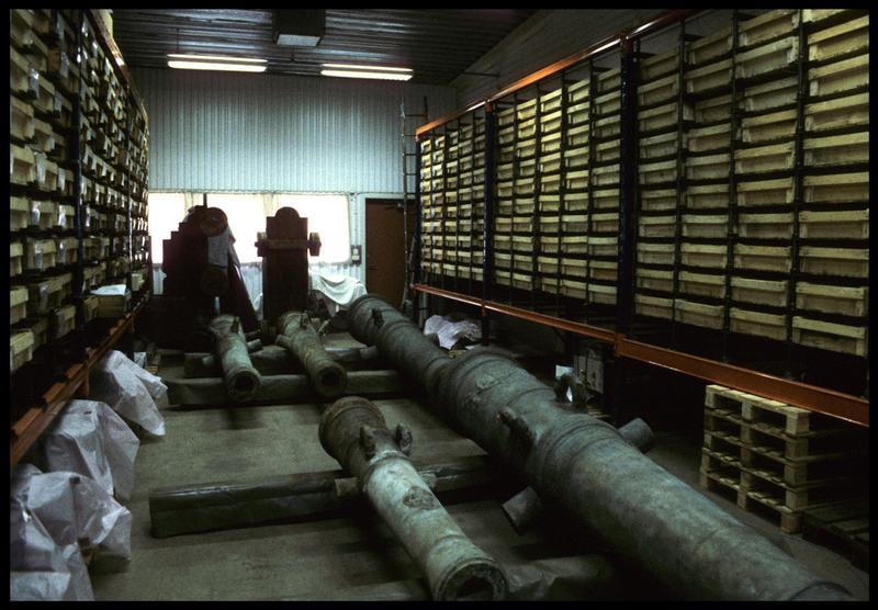 Vue de la réserve du musée avec des canons.