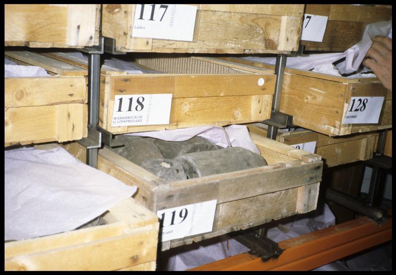 Vue des tiroirs de matériel de la réserve du musée.