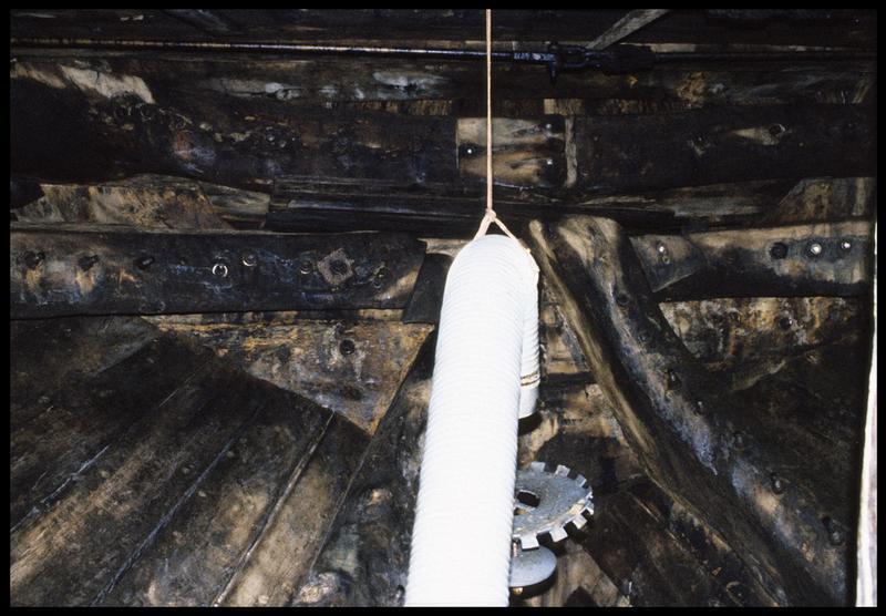 Vue de détail de l'intérieur de la carène avec l'engin de conservation et d'assainissement de l'air.