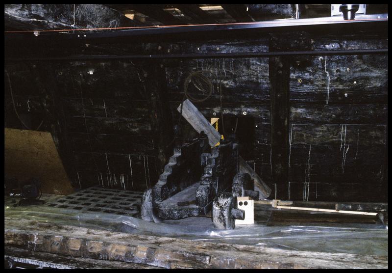 Vue de détail de l'intérieur de la carène avec un affût de canon de bois.