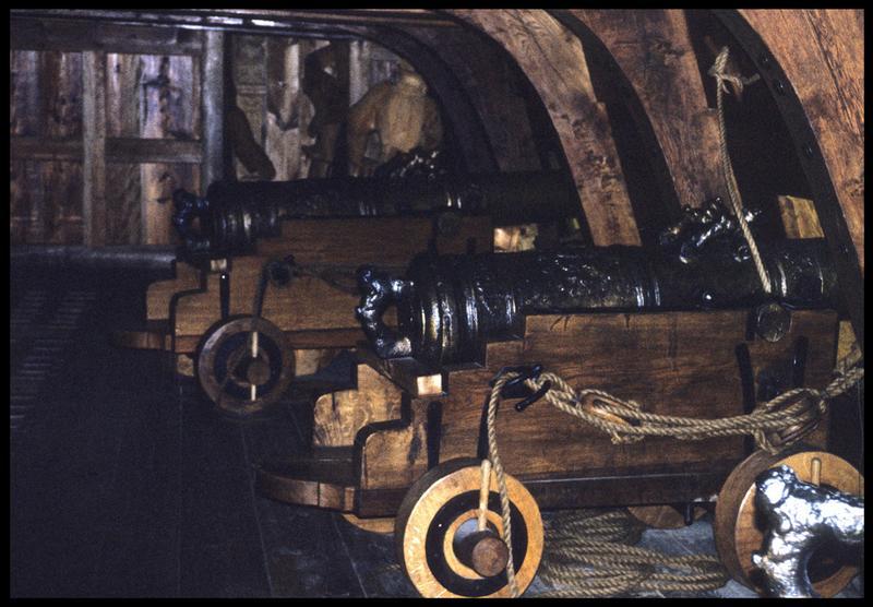 Vue des canons sur leur affût à l'intérieur de la carène.