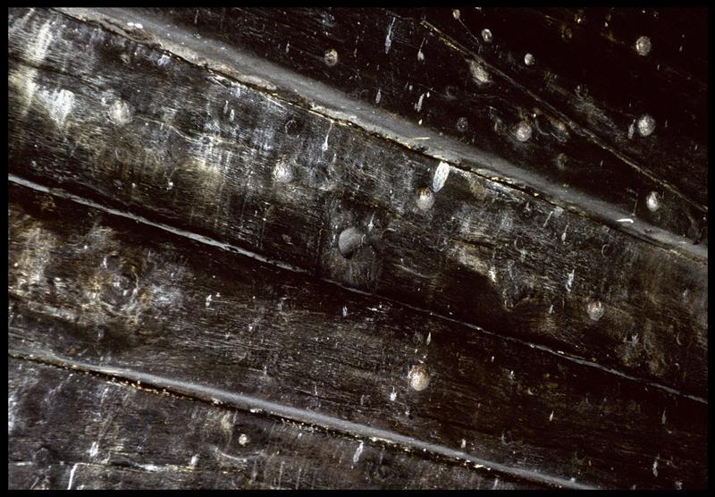 Vue de détail du cloutage et chevillage de l'intérieur de la carène.