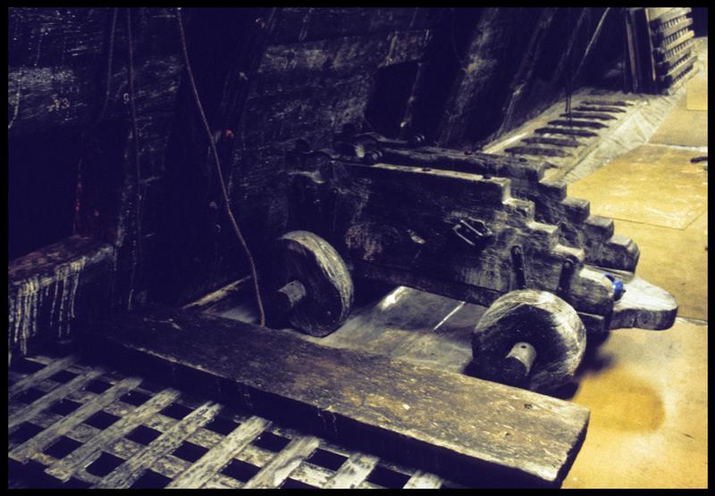 Vue de détail de l'intérieur de la carène avec un affût de canon.