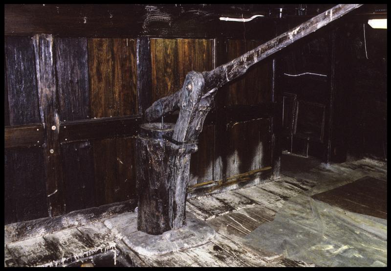 Vue de la pompe de cale à l'intérieur de la carène.