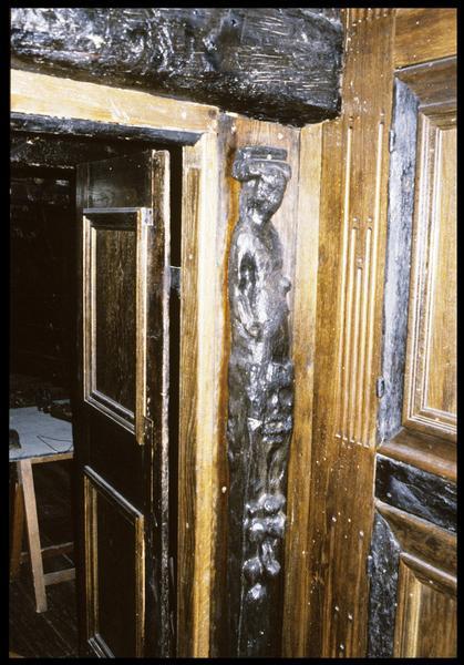 Vue de détail d'un décor de cloison à l'intérieur de la carène (château arrière).