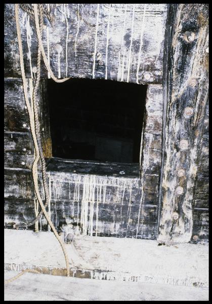 Vue de détail d'un sabord vue de l'intérieur de la carène.