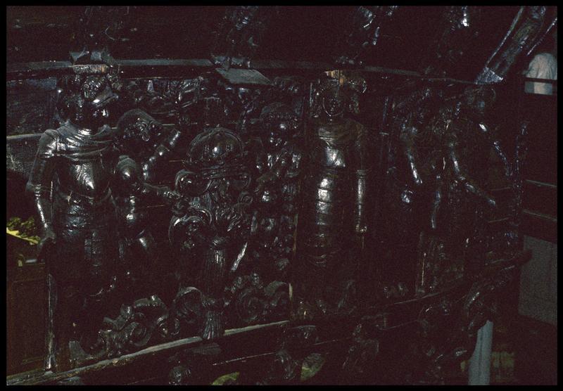 Vue de détail du décor de bois de l'extérieur de la carène.