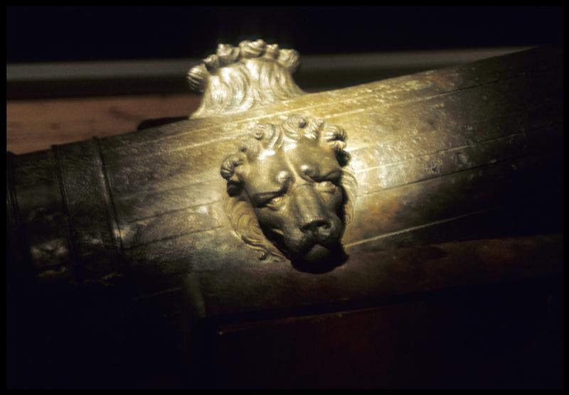 Vue de détail des décors à tête de lion sur un canon.