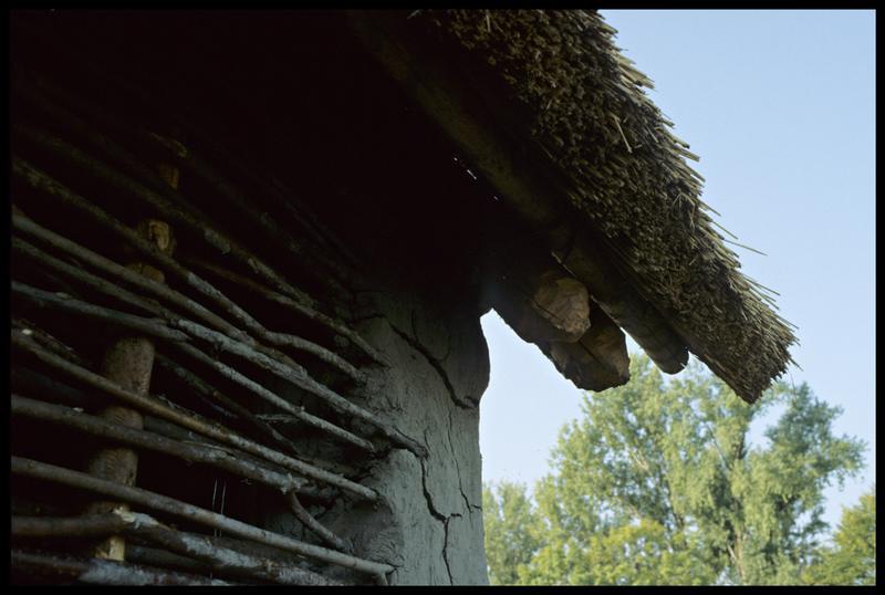 Vue du détail du mur et de la toiture.