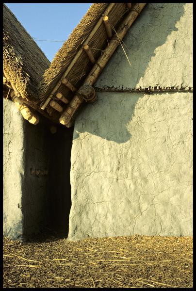 Vue d'une ruelle entre deux cabanes.