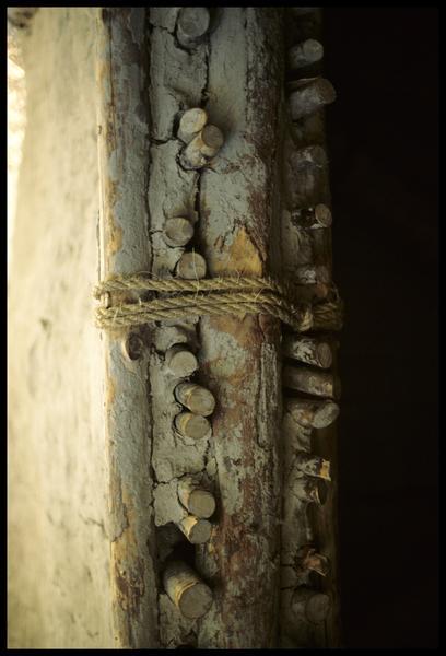 Vue de détail du montant de la porte d'une cabane.