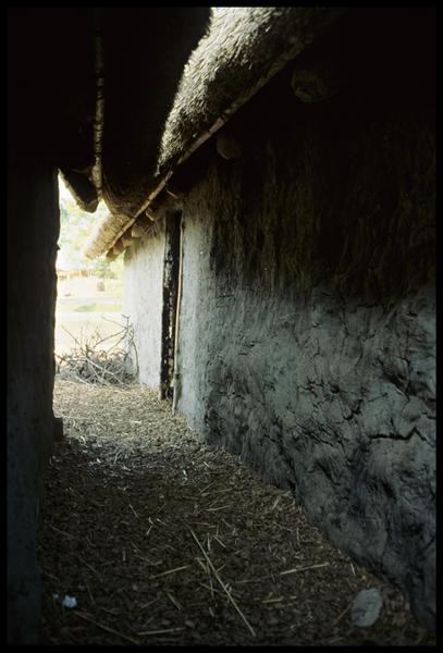 Vue d'une ruelle entre les cabanes.