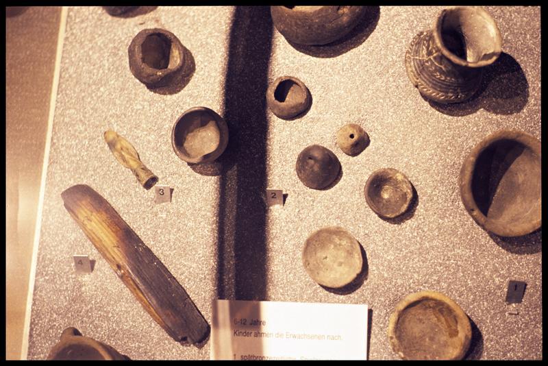 Vue de répliques d'objets et de jouets de bois et de céramique.