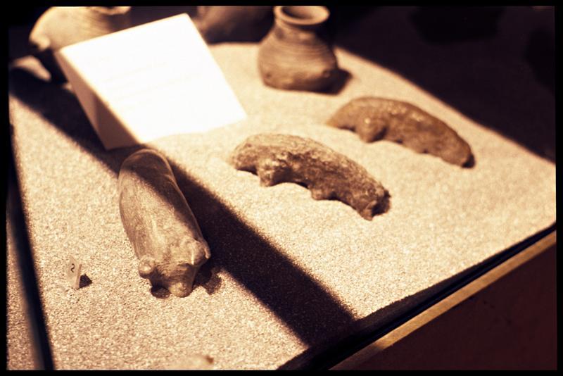 Vue de réplique de petites statues animales en céramique (jouets).