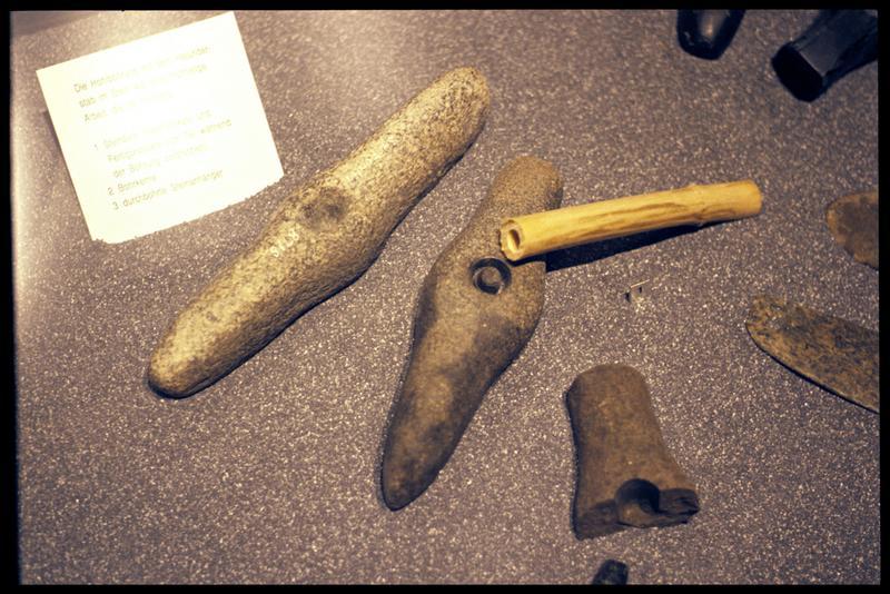 Vue de la copie de hache marteau de pierre à demi perforée.