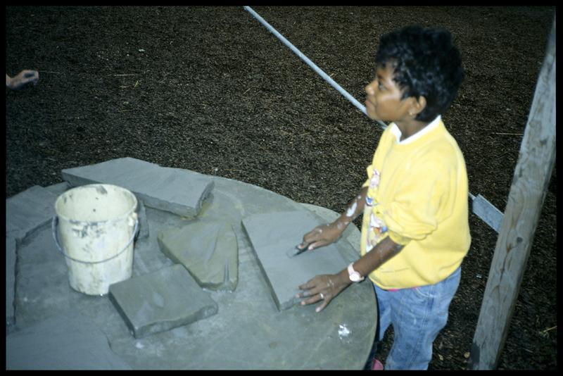 Vue de la reconstitution de la technique l'aiguisage des haches de pierre.
