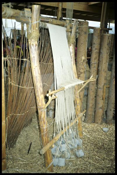 Vue de la reconstitution d'un métier à tisse avec ses fusaïolles.
