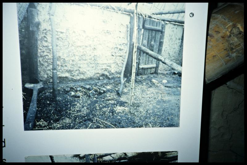 Vue des restes d'une cabane après incendie.