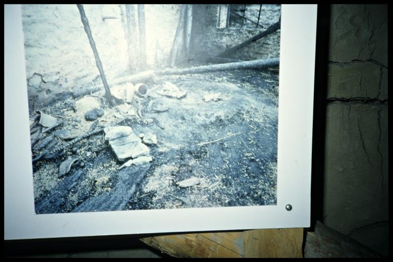Vue des restes d'un cabane après incendie.