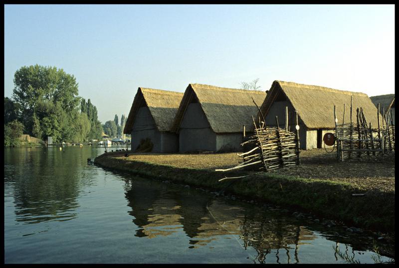 Vue de la reconstitution d'un village néolithique.
