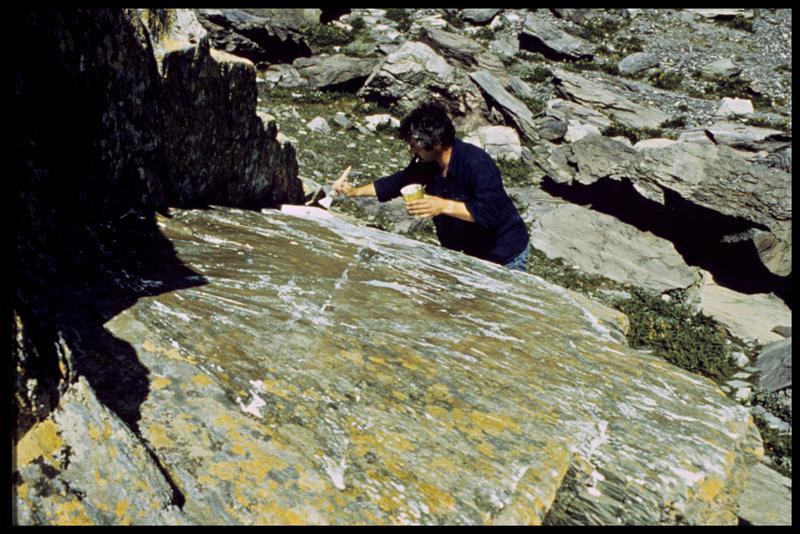 Vue de l'application d'une couche de latex sur la roche (fouille R. David, B. Pichard).