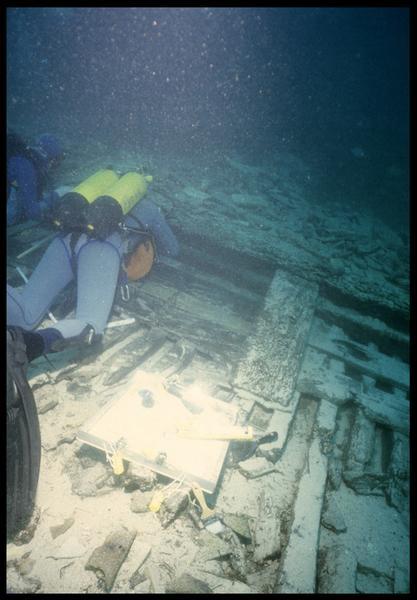 Vue sous-marine de deux plongeurs effectuant le relevé de la carène (fouille S. Ximénès).