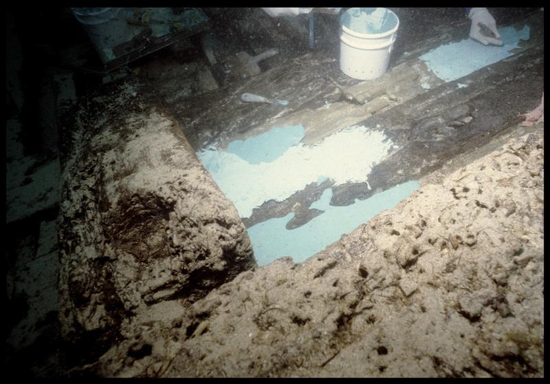 Vue sous-marine du silicone de moulage sur la carène (fouille S. Ximénès).