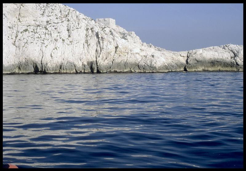 Vue de la falaise de Pomègues depuis le site (fouille S. Ximénès).