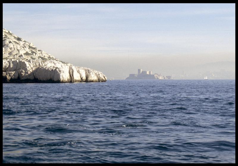 Vue de la falaise et du Château d'If depuis le site (fouille S. Ximénès).