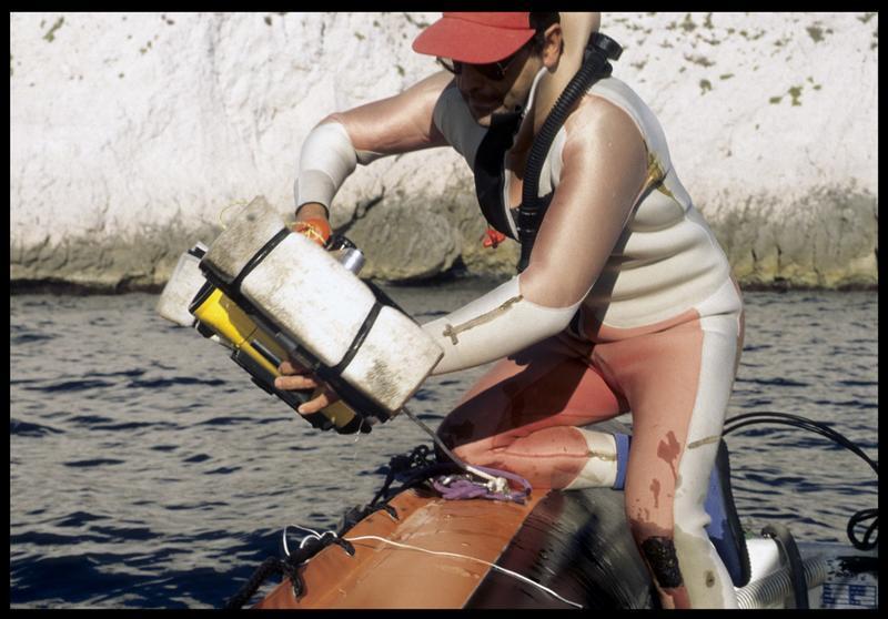 Vue de la mise à l'eau du caisson vidéo (fouille S. Ximénès).