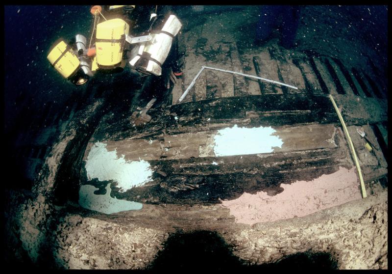 Vue sous-marine du silicone de moulage sur la carène filmé par un vidéaste (fouille S. Ximénès).